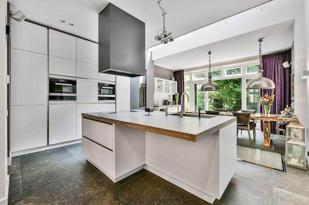 Интерьер красивой кухни элитного дома