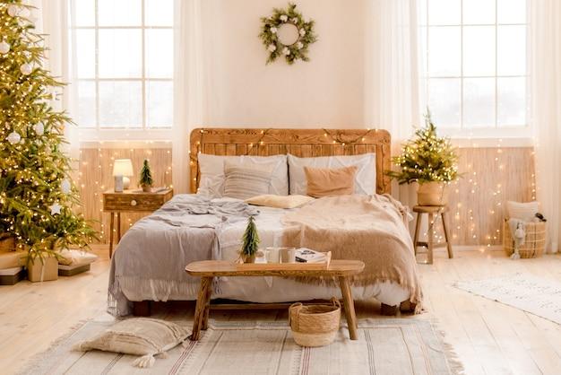 크리스마스 장식과 침실의 인테리어