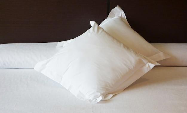 부드러운 흰색 베개가 있는 침실 인테리어