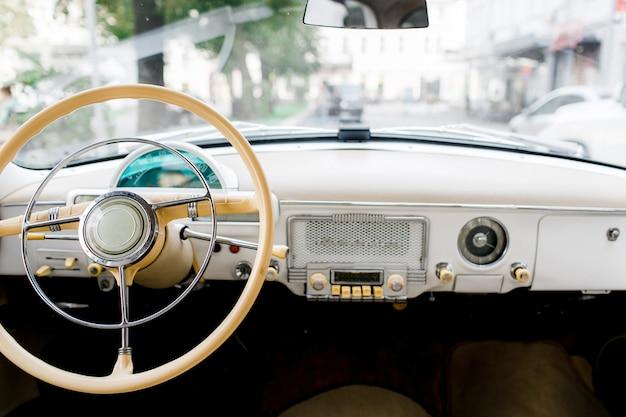 クラシックなヴィンテージカーのインテリア。古い車