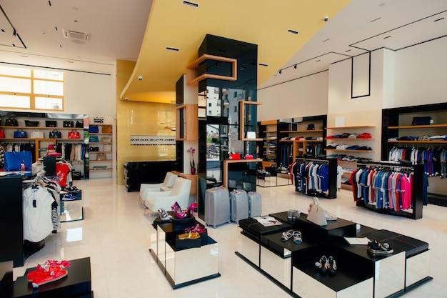 男性と女性のための衣料品店の服のインテリア
