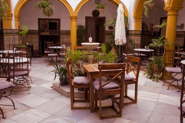 美しいアンダルシアのパティオがあるコードバンレストランのインテリア。コルドバ、アンダルシア、スペイン。