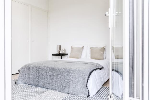 아름다운 램프가있는 아늑하고 밝은 침실 인테리어