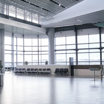 Интерьер заброшенного зала ожидания в аэропорту или на вокзале
