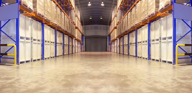 背の高い棚収納付きの大型倉庫のインテリア。