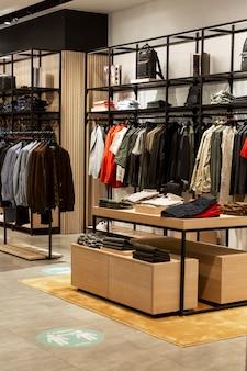 紳士服店のインテリア。ファッション、スタイル、エレガンス。垂直。
