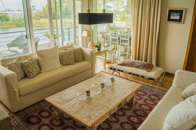 Интерьер современной квартиры уютно оформлен с огромными окнами