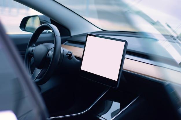 現代の車のインテリア。白い画面のタブレットのモックアップと車のインテリアの写真。