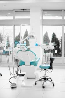 真新しい歯科医の椅子が付いている現代歯科医のオフィスの内部