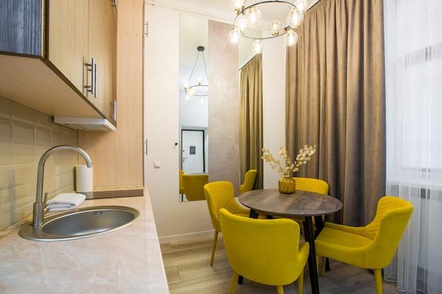 가구가있는 로프트 스타일의 작은 스마트 아파트에 현대적인 주방 인테리어
