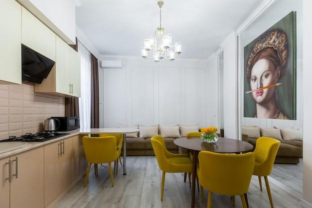 현대 부엌 인테리어, 파스텔 색상의 아름다운 디자인, 회색 및 노란색의 넓은 방 프리미엄 사진