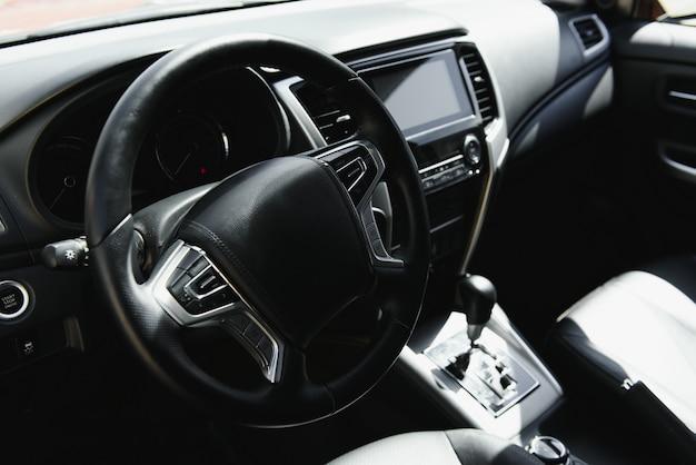 現代の新しい車のインテリア