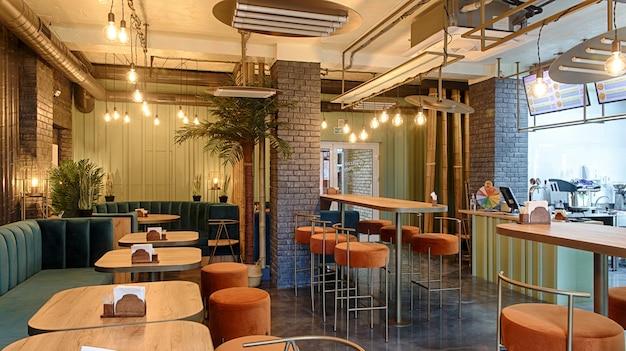 Интерьер ресторана, современный дизайн в нескольких цветах, оранжевом и синем.