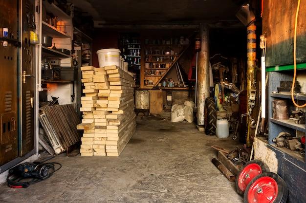 Интерьер сельского сарая с мастерской и хранилищем материалов