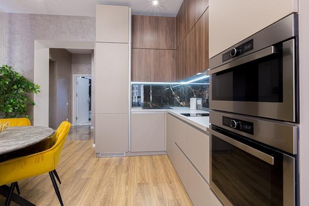 파스텔 색상의 세련되고 현대적인 주방 인테리어, 회색, 검정색 대리석 삽입