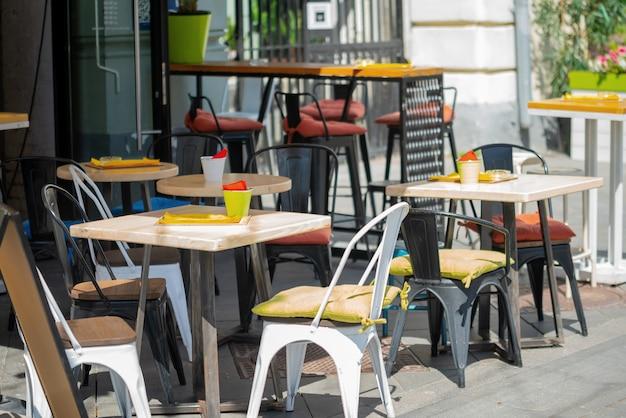 도시에서 여름 거리 카페의 인테리어입니다.
