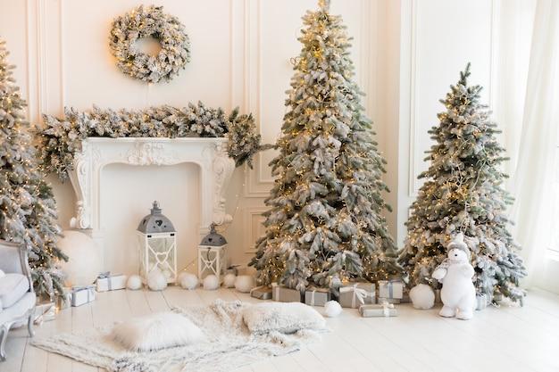 Интерьер белой комнаты, украшенной на рождество