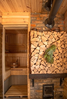 Интерьер деревянной русской бани с традиционными предметами обихода.