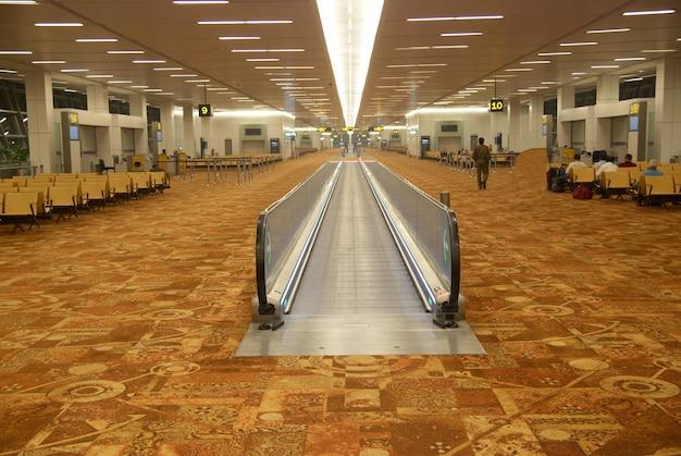 Интерьер зала аэропорта с плоским эскалатором