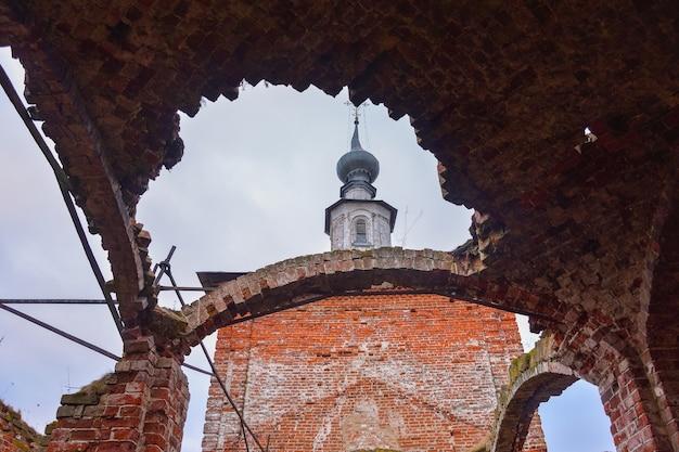 Интерьер заброшенной церкви заброшенная комната разрушенная комната заброшенная церковь красный кирпич