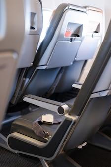 Интерьер пустого самолета пустых мест самолета с ремнями безопасности