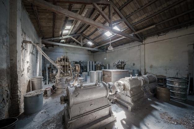 古い廃工場の内部