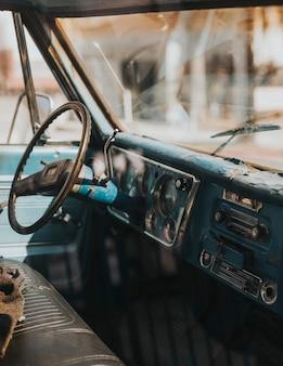 古いクラシックカーのインテリア