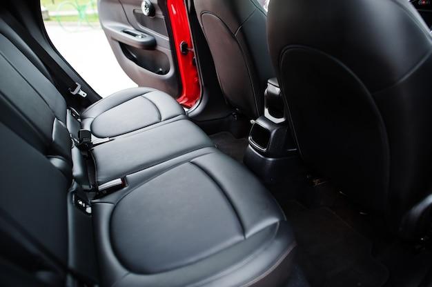 後部座席のインテリアは赤いシティカー。都市のための小型車。