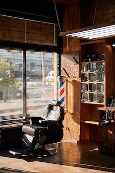 Интерьер парикмахерской с профессиональным креслом для парикмахера