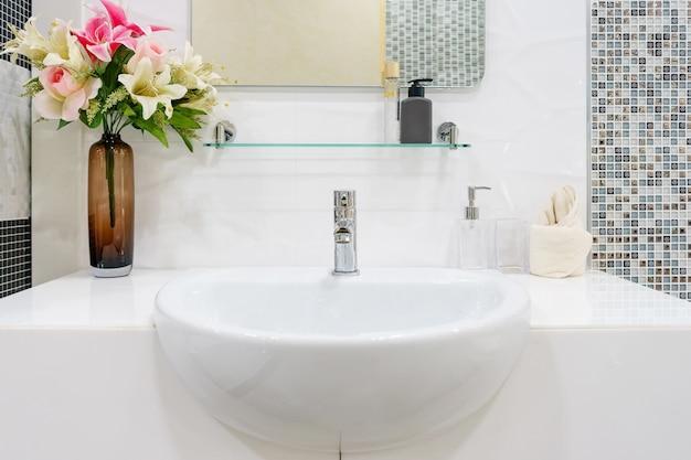 Интерьер ванной комнаты с раковиной бассейна и зеркала. современный дизайн ванной комнаты