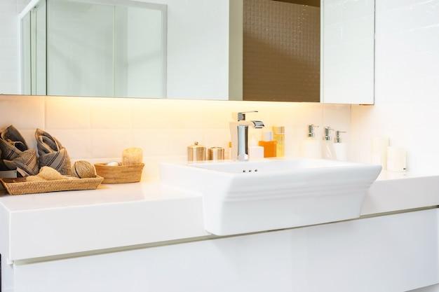 Интерьер ванной комнаты с раковиной бассейна и зеркала