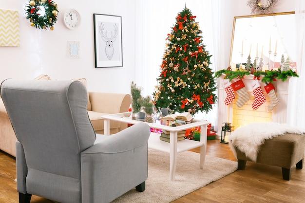 クリスマスに飾られた美しいリビングルームのインテリア