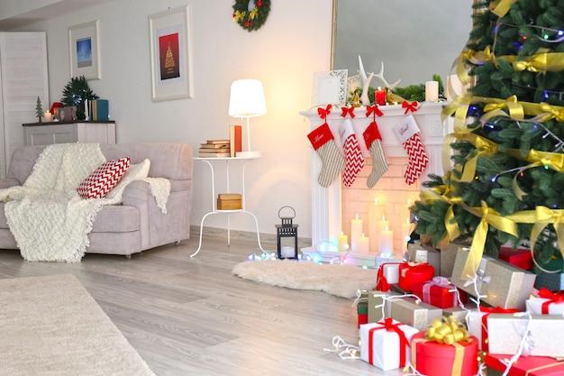 クリスマスのために装飾された暖炉のある美しいリビングルームのインテリア