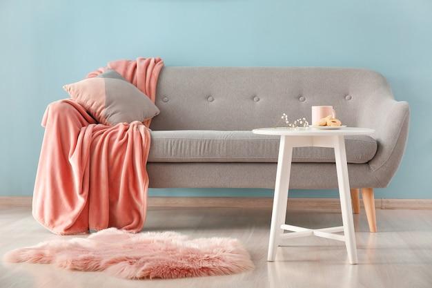 快適なソファのある美しいモダンな部屋のインテリア