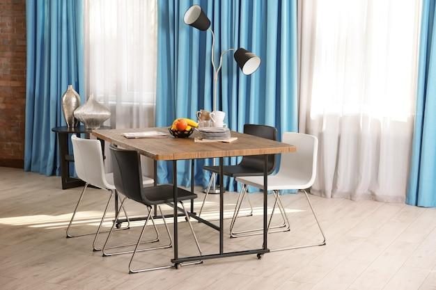 Интерьер красивой современной комнаты Premium Фотографии