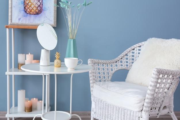 アームチェアとテーブルのある美しい部屋のインテリア
