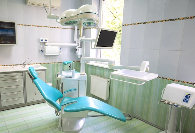 Интерьер кабинета стоматолога с современным оборудованием
