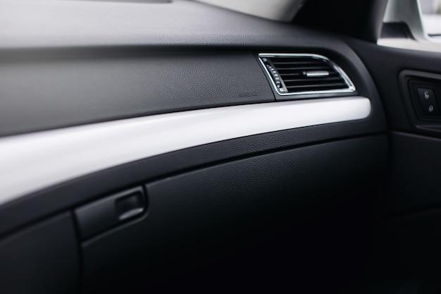 자동차 안전 에어백 아이콘 패널의 내부입니다.