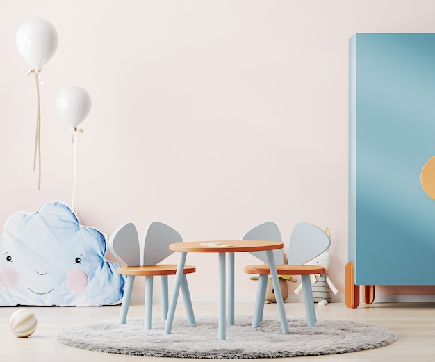 분홍색 벽, 다채로운 어린이 테이블 및 장난감이있는 어린이 방의 인테리어
