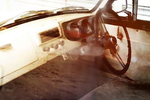 クラシックなヴィンテージカーのインテリア。レトロフィルターカラースタイル。