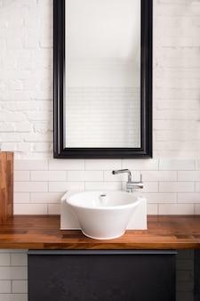 Интерьер удобной светлой ванной комнаты с простым дизайном
