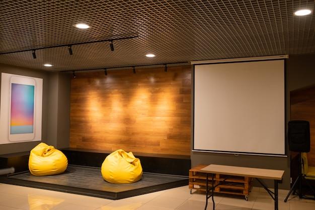 2 개의 노란색 가죽 안락 의자와 화이트 보드가있는 현대적인 교실, 강당 또는 사무실의 내부