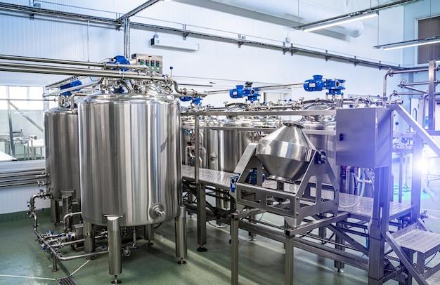 Интерьер молочного завода с бродильным чаном. технологическое оборудование на молочной ферме. стерильное производство.