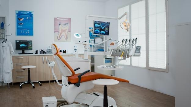 Интерьер стоматологического стоматологического ортодонтического кабинета с рентгенографией зубов на мониторе