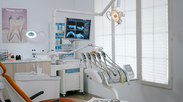空の現代口腔病学歯科矯正病院の明るいオフィスのインテリア