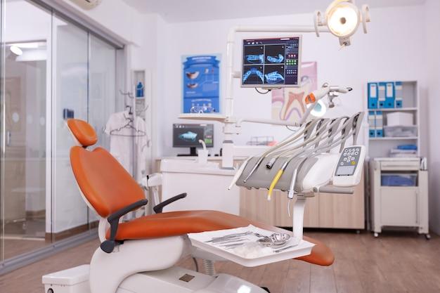 Интерьер пустого кабинета стоматолога-ортодонта с рентгенографией зубов