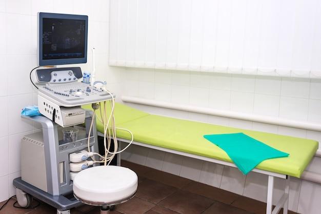 Интерьер комнаты осмотра с аппаратом узи в лаборатории больницы