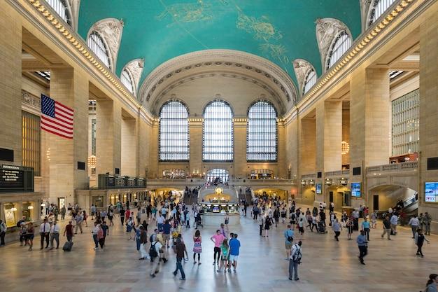 ニューヨーク州ニューヨーク市のグランドセントラル駅の内部。