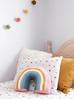 베개와 함께 어린이 방 장식의 인테리어