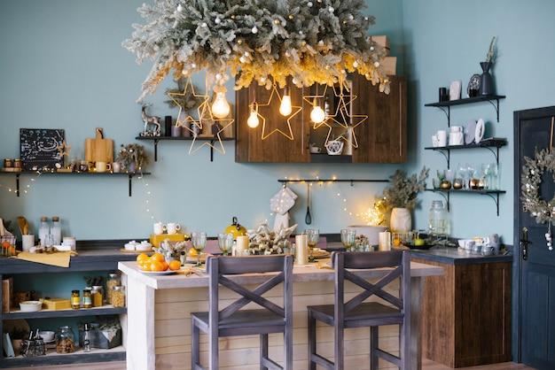 Интерьер кухни украшен для празднования рождества
